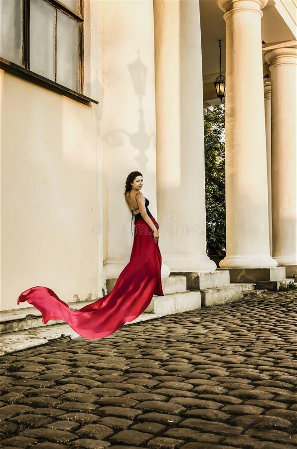 Jovem senhora bonita no vermelho foto de stock royalty free
