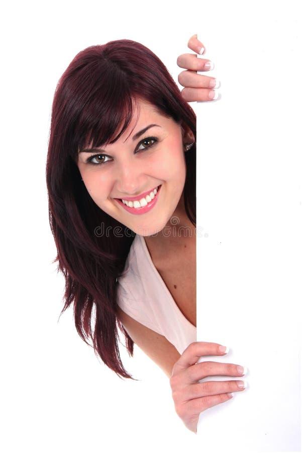 Jovem senhora bonita Smiling ao guardar a placa branca imagens de stock