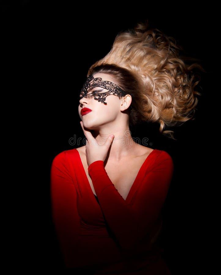 Jovem senhora com um cabelo de sopro em um vestido vermelho foto de stock