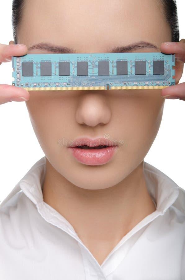 Jovem senhora com um cartão da memória do computador imagem de stock royalty free