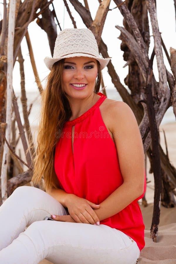 Jovem senhora encantador na praia imagem de stock