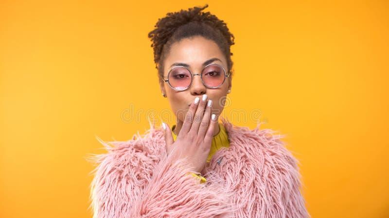 Jovem senhora glamoroso nos vidros cor-de-rosa que enviam o beijo do ar, flertar fêmea seguro imagens de stock