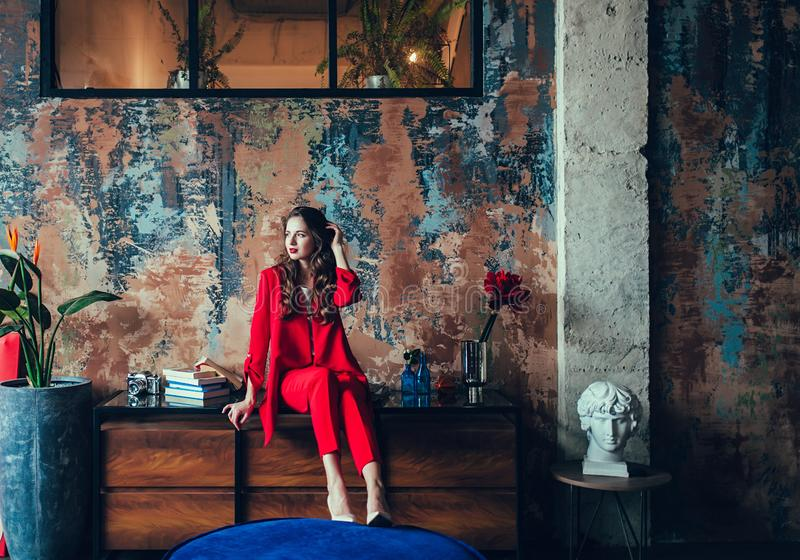 Jovem senhora no terno luxuoso vermelho fotos de stock