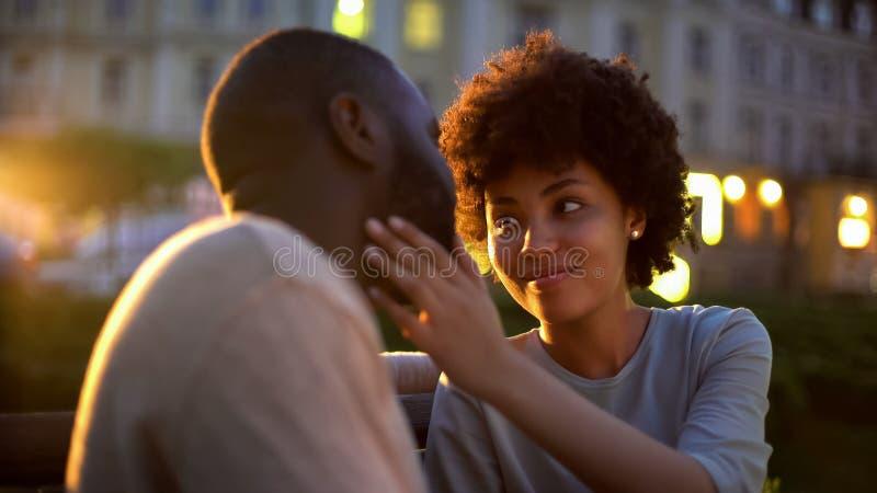 Jovem senhora que afaga maciamente a cara dos noivos, expressão do amor, data romântica imagem de stock royalty free