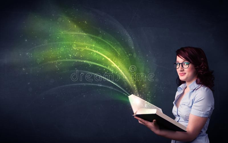 Jovem senhora que guarda o livro com onda imagens de stock