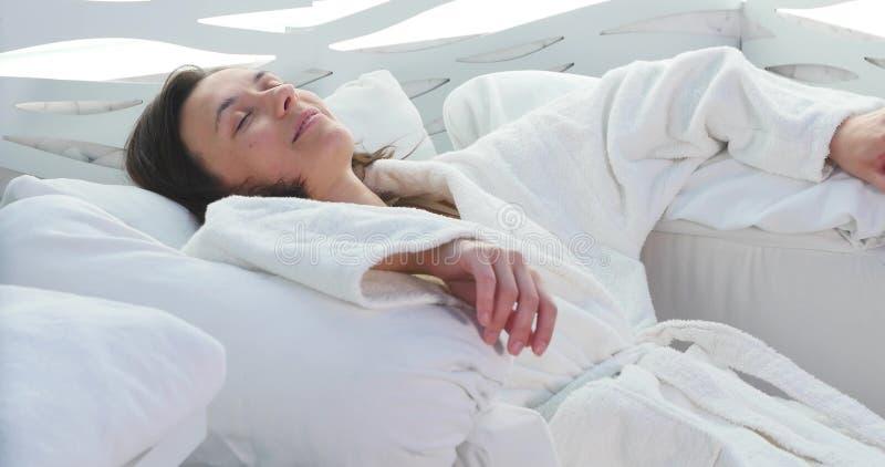 Jovem senhora que relaxa na cadeira da massagem foto de stock royalty free