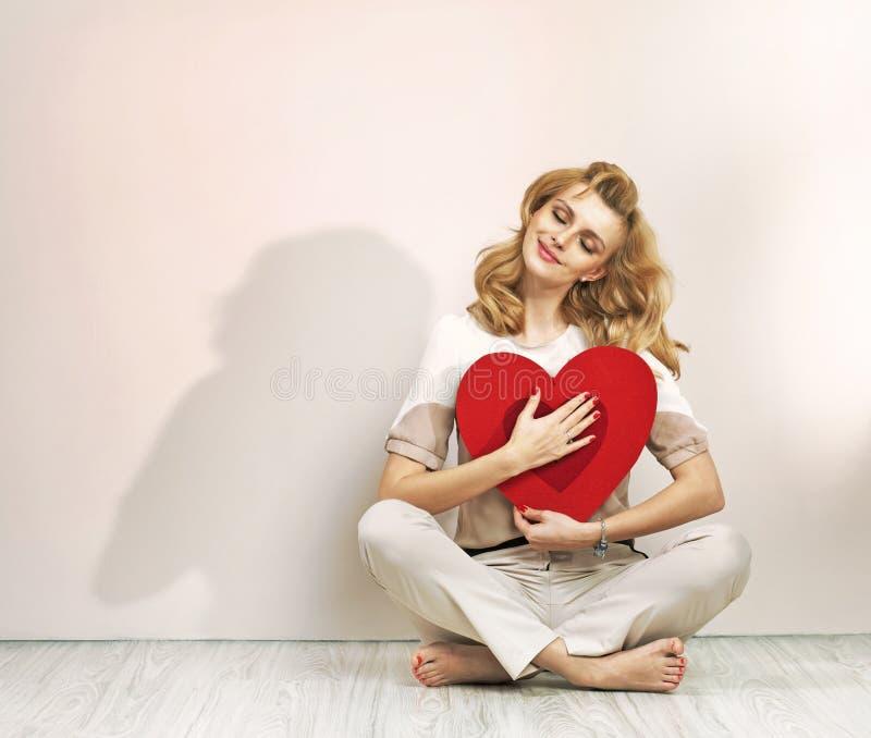Jovem senhora relaxado com sinal do Valentim fotografia de stock