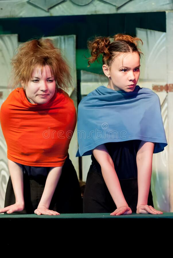 Joven actor y actrices que actúan en el escenario fotos de archivo
