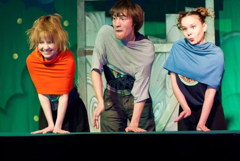Joven actor y actrices que actúan en el escenario imagenes de archivo