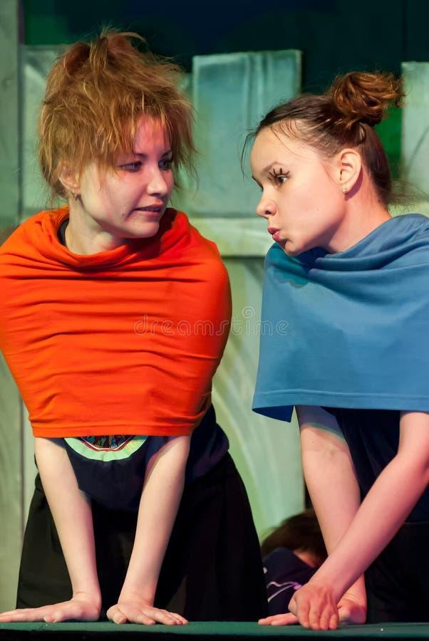 Joven actor y actrices que actúan en el escenario fotos de archivo libres de regalías