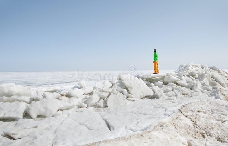 Joven adulto al aire libre explorando el paisaje helado imagenes de archivo