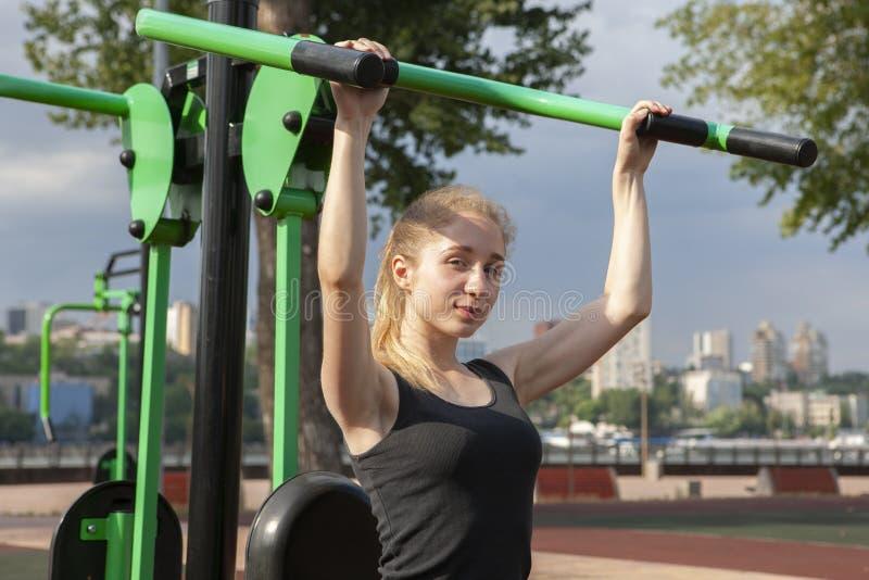 Joven, ajuste y entrenamiento deportivo de la muchacha en gimnasio al aire libre Aptitud, deporte y forma de vida sana foto de archivo