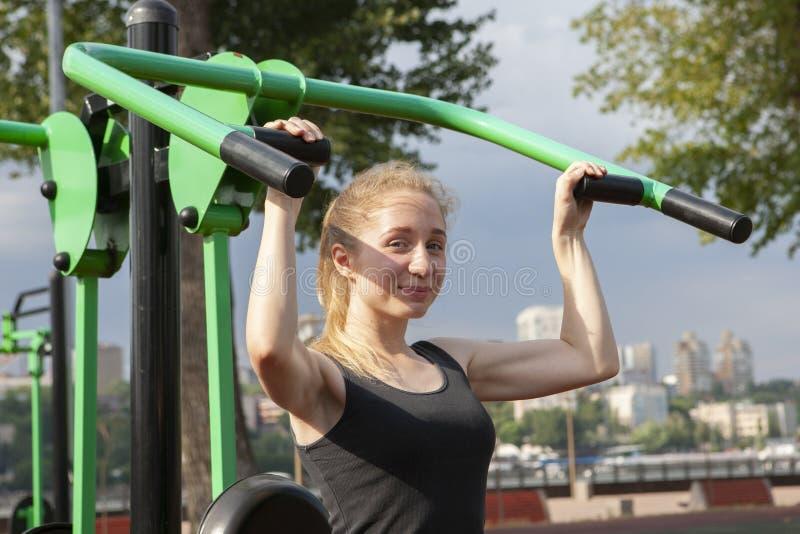 Joven, ajuste y entrenamiento deportivo de la muchacha en gimnasio al aire libre Aptitud, deporte y forma de vida sana imágenes de archivo libres de regalías