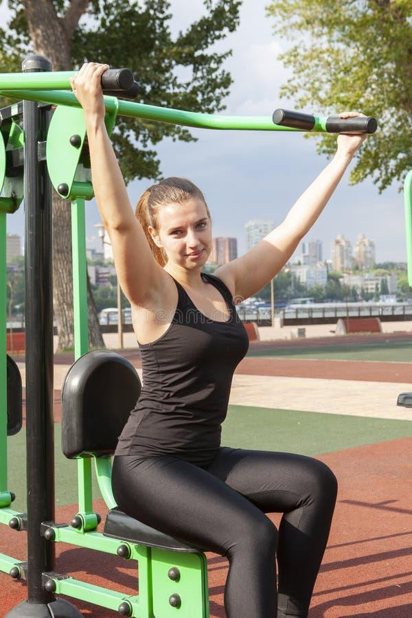 Joven, ajuste y entrenamiento deportivo de la muchacha en gimnasio al aire libre Aptitud, deporte y forma de vida sana fotos de archivo libres de regalías