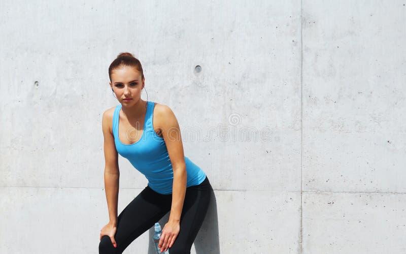 Joven, ajuste y muchacha morena deportiva en ropa de deportes Mujer que hace los deportes al aire libre fotos de archivo