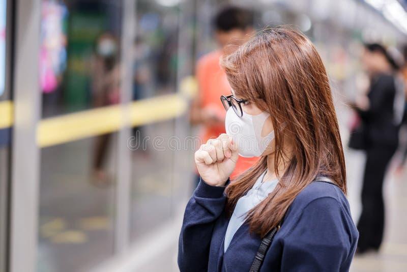 Joven asiática con máscara de protección contra el coronavirus Novel o la enfermedad del virus Corona Covid-19 en el aeropuerto,  fotos de archivo libres de regalías