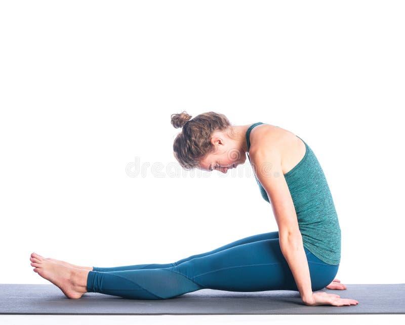 Joven atleta rubia practicando yoga aislada de fondo blanco fotos de archivo libres de regalías