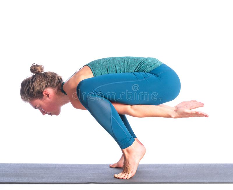 Joven atleta rubia practicando yoga aislada de fondo blanco fotografía de archivo