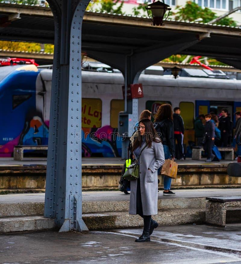 Joven caminando sobre la plataforma de la estación de tren Norte de Bucarest Gara de Nord Bucuresti en Bucarest, Rumania, 2019 imagen de archivo