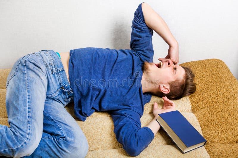 Joven cansado en Sofa imagen de archivo libre de regalías