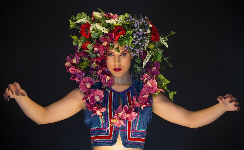 Joven caucásica mujer con flores en la cabeza imágenes de archivo libres de regalías