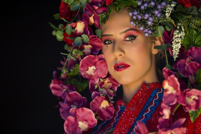 Joven caucásica mujer con flores en la cabeza fotos de archivo