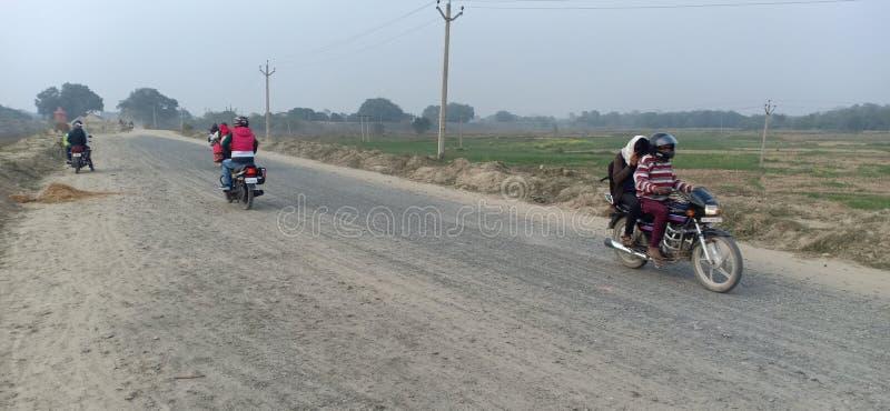 Joven con bici Drive en camino de construcción en Jhanjharpur madhubani bihar india foto de archivo libre de regalías