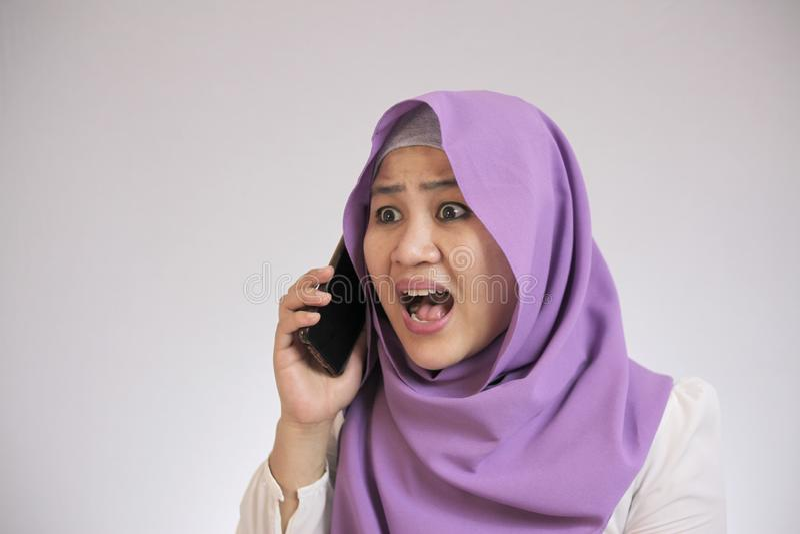 Joven empresaria sorprendida por llamada telefónica fotos de archivo