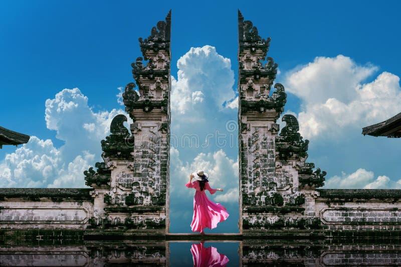 Joven en las puertas del templo de Lempuyang Luhur en Bali, Indonesia Tono vintage imagen de archivo libre de regalías