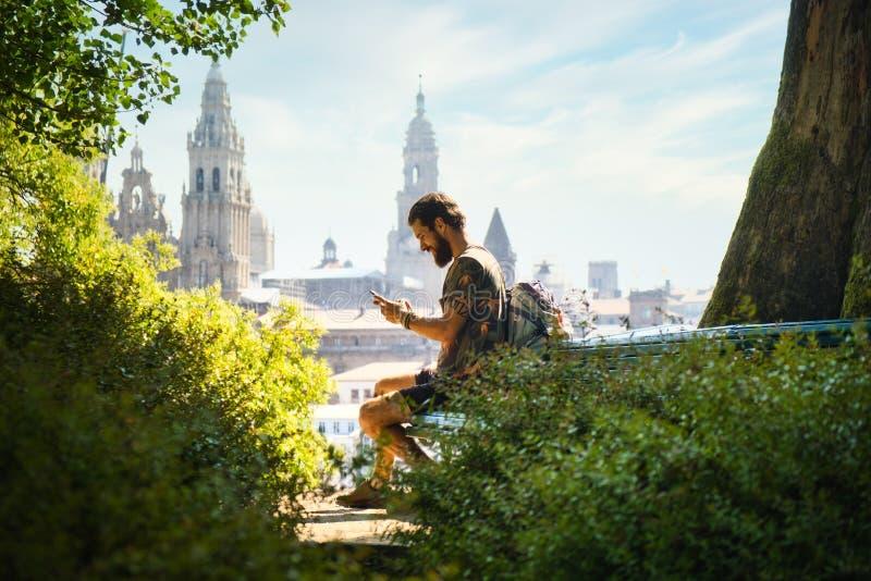 Joven En Peregrinación En Santiago De Compostela Con Teléfono imagen de archivo libre de regalías