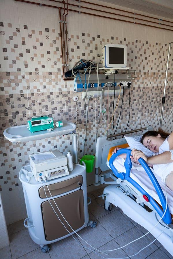 Joven europea en parto, cardiograma ultrasónico para abdominal, hospital de maternidad fotos de archivo libres de regalías