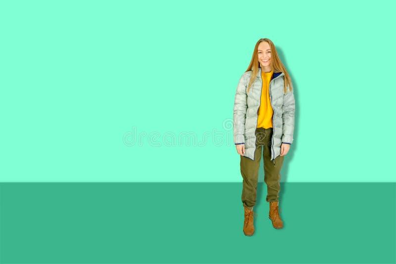 Joven feliz y bella mujer vestida de invierno en el agua menstrual foto de archivo libre de regalías