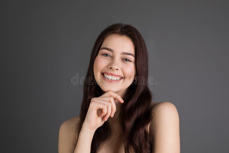 Joven femenino positivo alegre con el pelo moreno imagenes de archivo
