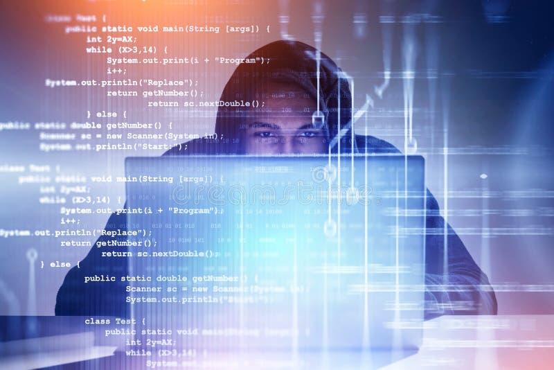 Joven hacker trabajando con laptop, código imágenes de archivo libres de regalías