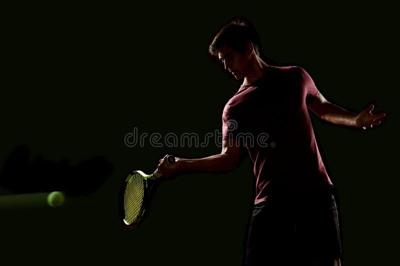 Joven jugador de tenis listo para golpear la pelota imagen de archivo libre de regalías