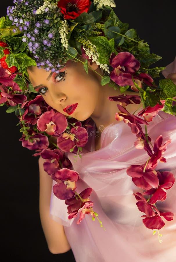 Joven mujer de hada con flores en la cabeza imagen de archivo