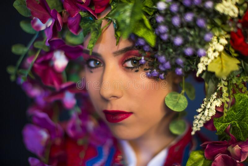 Joven mujer de hada con flores en la cabeza fotografía de archivo