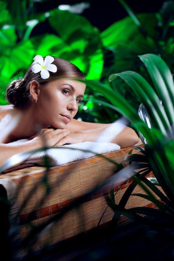 Joven mujer hermosa en el ambiente del spa foto de archivo