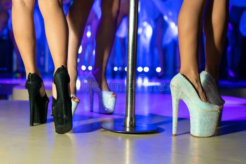 Joven mujer sexy bailando striptease con pilon en el club nocturno. Hermosa mujer desnuda en el escenario. Hermoso foto de archivo