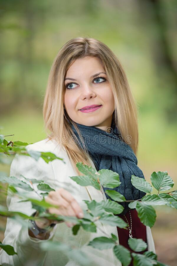 Joven parada en el bosque verde fotos de archivo