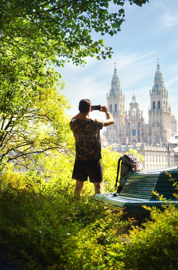 Joven Peregrino Tomando Foto De La Iglesia En Santiago De Compostela fotografía de archivo libre de regalías
