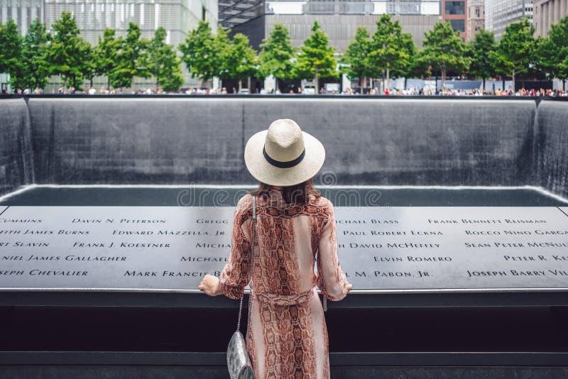 Joven turista en el Monumento al 9/11 en Nueva York fotos de archivo