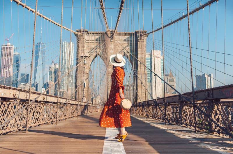 Joven turista en el puente de Brooklyn foto de archivo libre de regalías