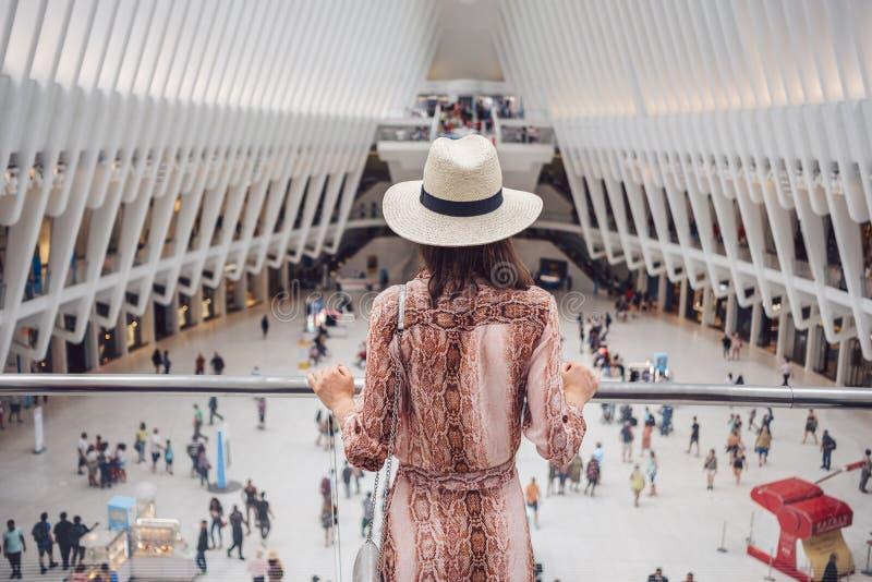Joven turista en el World Trade Center en Nueva York imagen de archivo libre de regalías