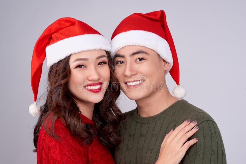 Jovens amantes felizes em roupas de lã de malha abraçando e olhando juntos fotos de stock royalty free