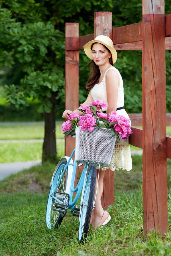 Jovens bonitos, mulher elegantemente vestida com bicicleta retro E fotos de stock royalty free