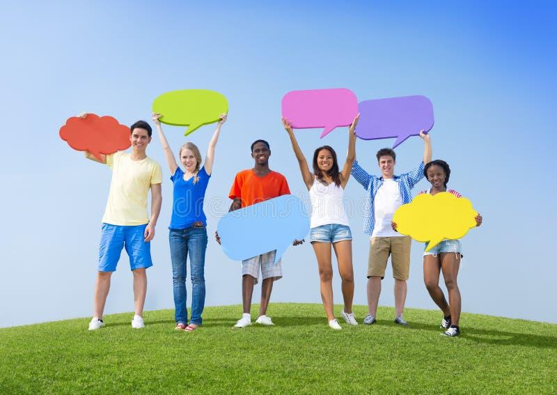 Jovens com bolhas do discurso fotos de stock royalty free