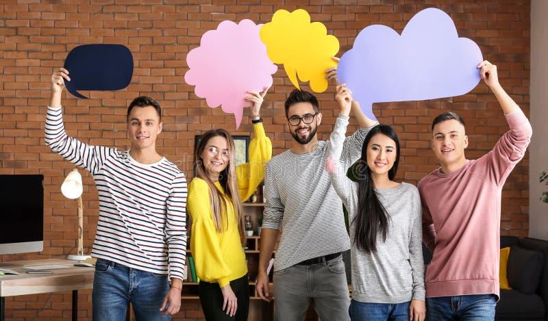 Jovens com bolhas vazias do discurso dentro imagem de stock royalty free
