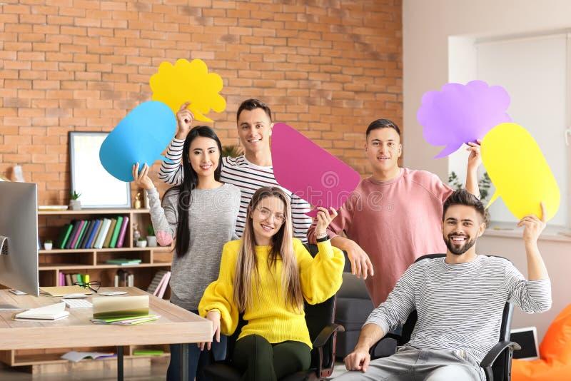 Jovens com bolhas vazias do discurso dentro fotografia de stock