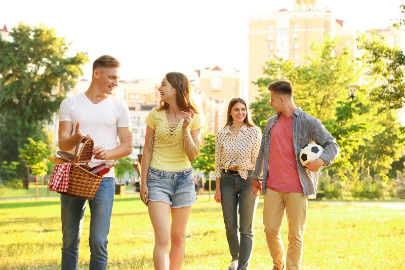 Jovens com cesta de piquenique no verão imagem de stock royalty free